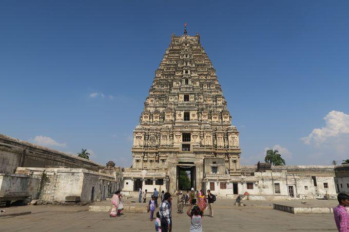 街の側にそびえ立つ、高さ52mのヴィルパークシャ寺院