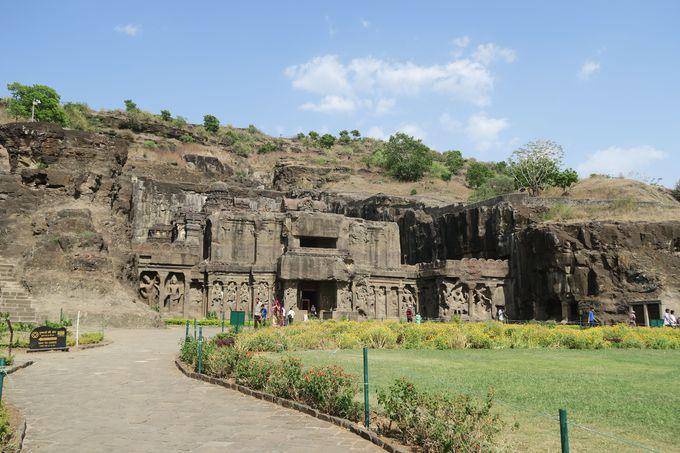 岩を掘って作られた巨大な宗教遺跡、エローラ石窟群