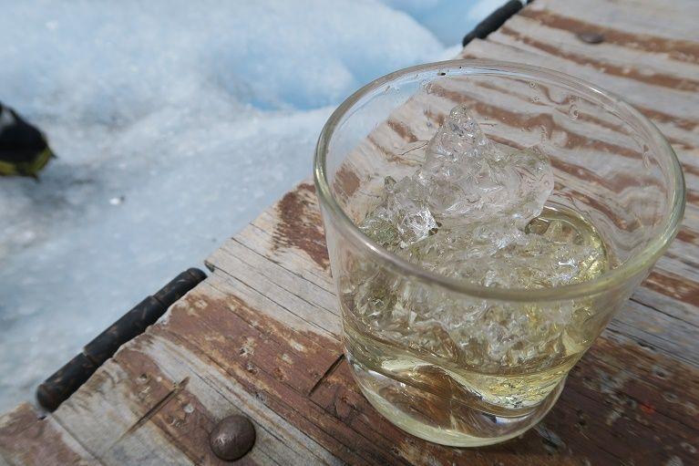 氷河を使ったロックで楽しむウイスキー
