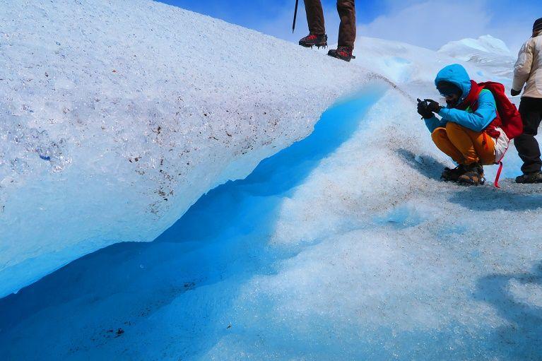 氷河が太陽に照らされて放つ、青の輝き