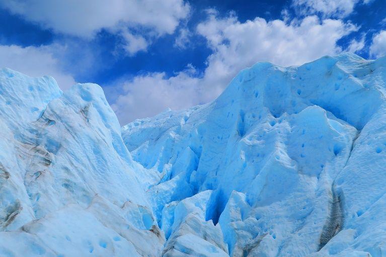 氷河の上は、氷の塔や谷でできた険しい世界