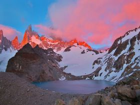 アルゼンチンの岩山、フィッツ・ロイの神々しい朝焼けを見よう!