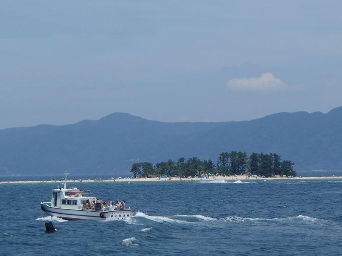駐車場の前に広がる対岸の白砂ビーチ!渡し船で向かおう。