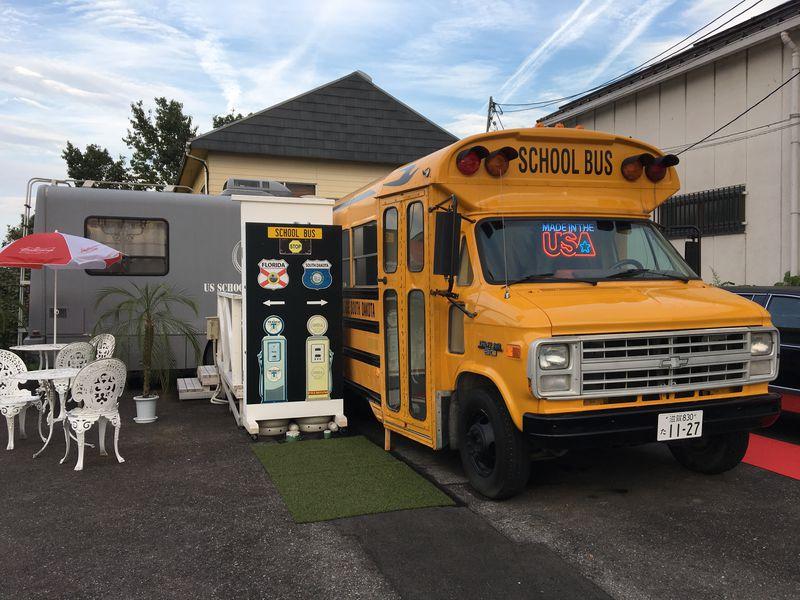 スクールバスに宿泊!琵琶湖岸「USスクールバスビレッジ」SNS映えも