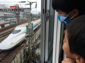 新幹線、近っ!大阪コロナホテルのトレインビューは迫力満点