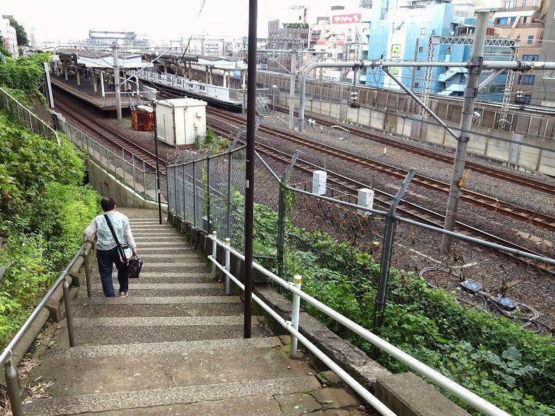 西日暮里駅が見下ろせる諏訪坂