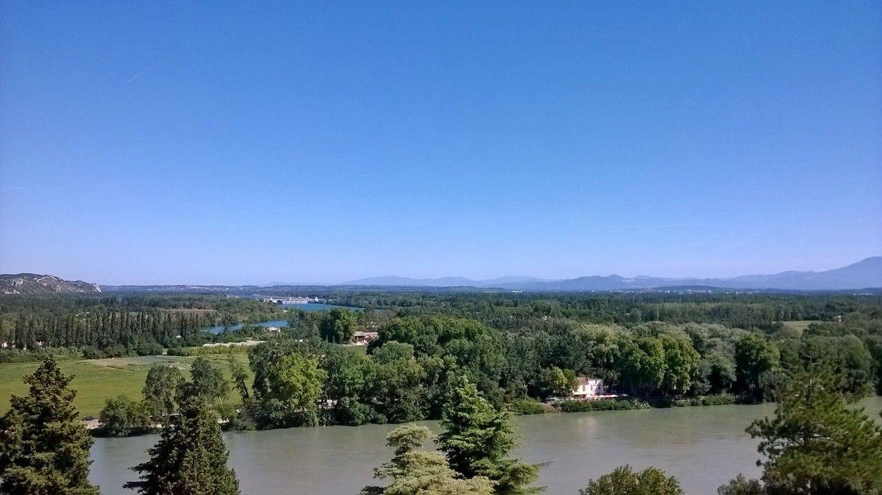 目の前にはローヌ河、アヴィニョンの町を見渡せる絶景ポイントはここロシェ・デ・ドン公園!