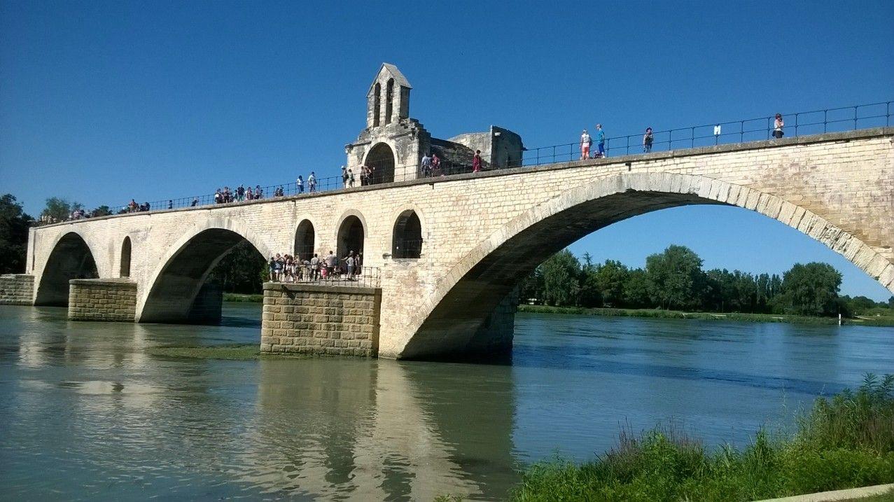 ローヌ河に佇むアヴィニョン橋は見逃すな!