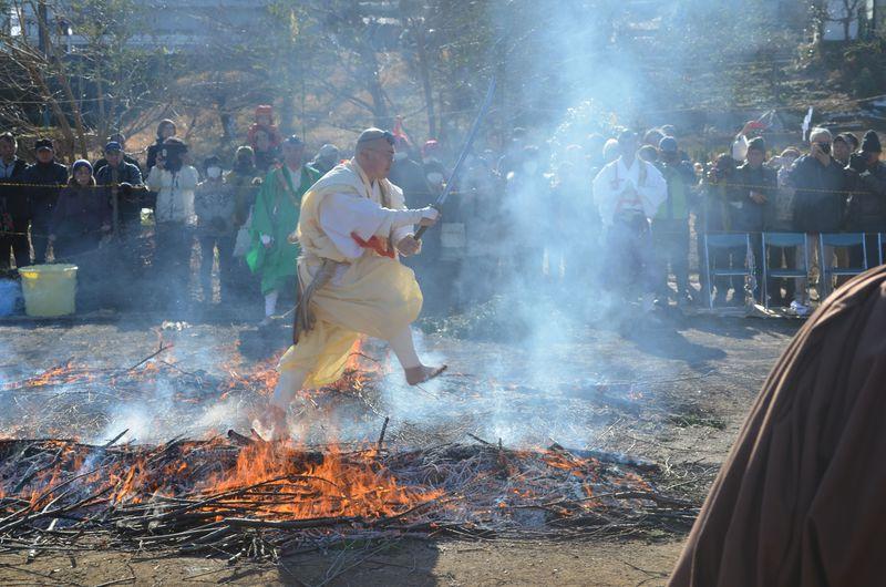 年の初めは火渡りから!東京・秋川「西福寺」で身体を清め無病息災を祈ろう