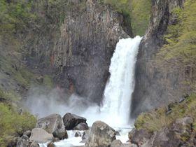 地響きがする圧巻の滝、妙高「苗名滝」 砂防ダムも迫力満点!