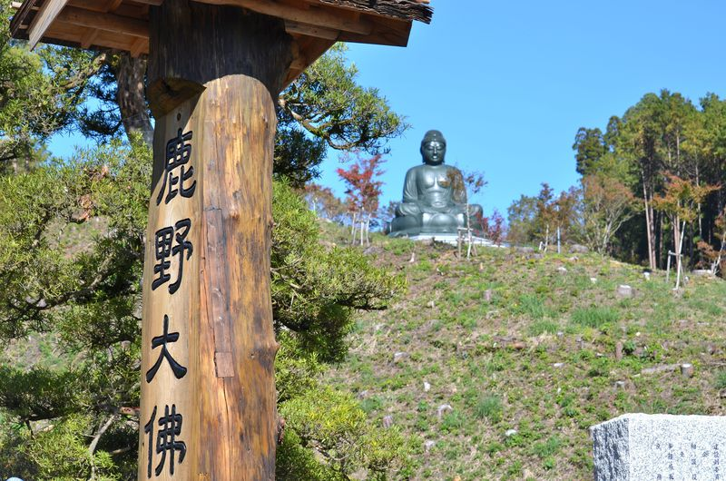 鎌倉大仏よりも大きい!東京・日の出町「鹿野大仏」お顔の表情にも注目