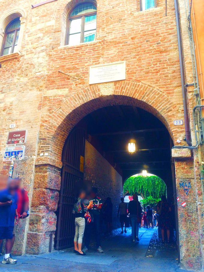 ロミオとジュリエットの物語はその場所に。