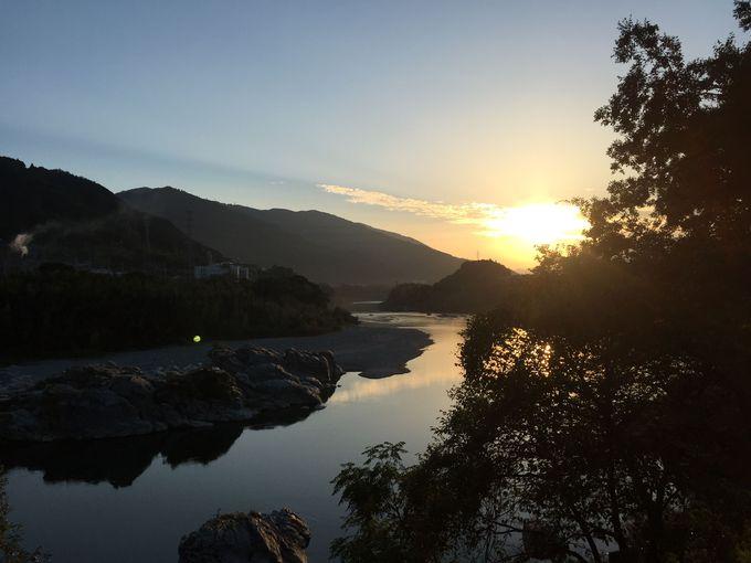 夕日が沈み、月が昇る川。吉野川