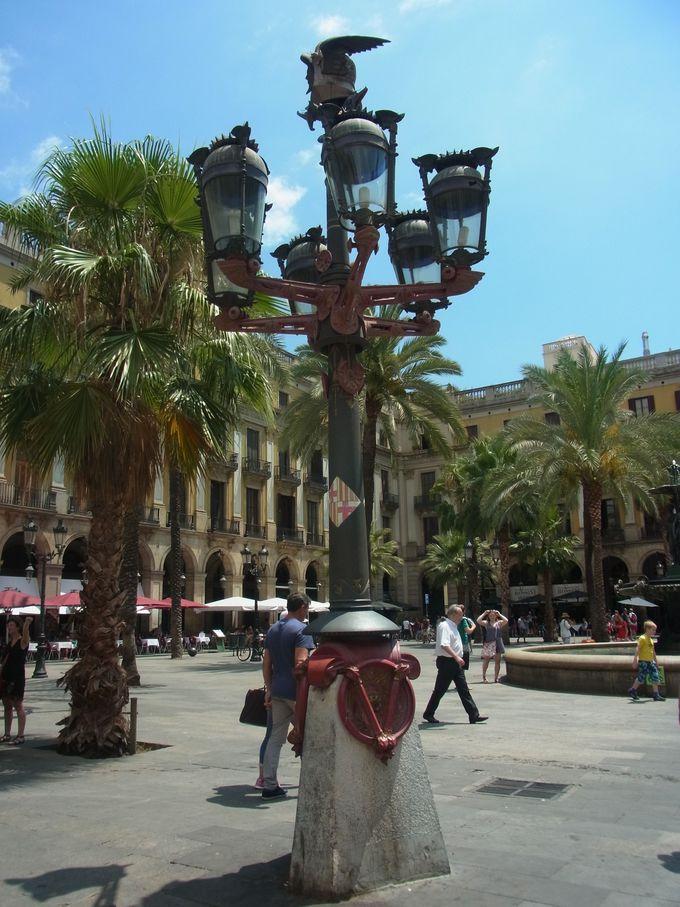 バルセロナ レイアール広場でガウディのデビュー作に遭遇!