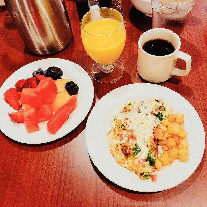 朝食にはカリカリベーコンやとろ〜りチーズのオムレツをどうぞ!