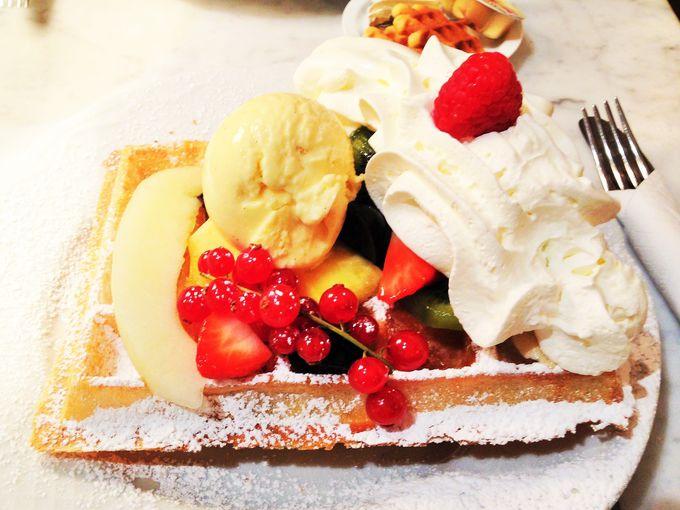 フルーツ、アイス、クリームたっぷり!「Max」の超贅沢ワッフルを堪能!