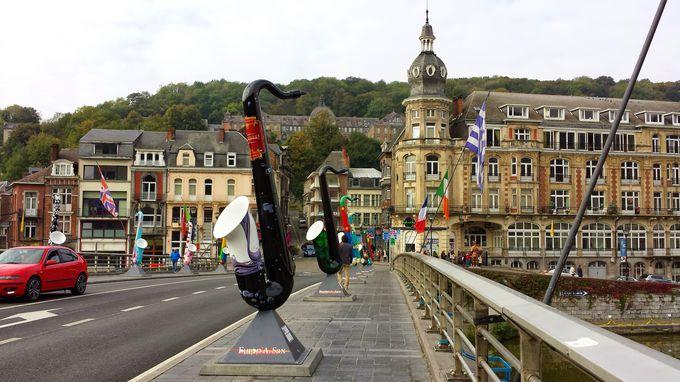 サックスのオブジェがいっぱい!ムーズ川に架かる「シャルル・ド・ゴール橋」