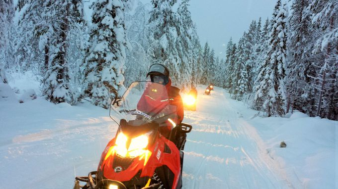 神秘的な雪の世界を満喫!大自然をスノーモービルで駆け抜けよう!
