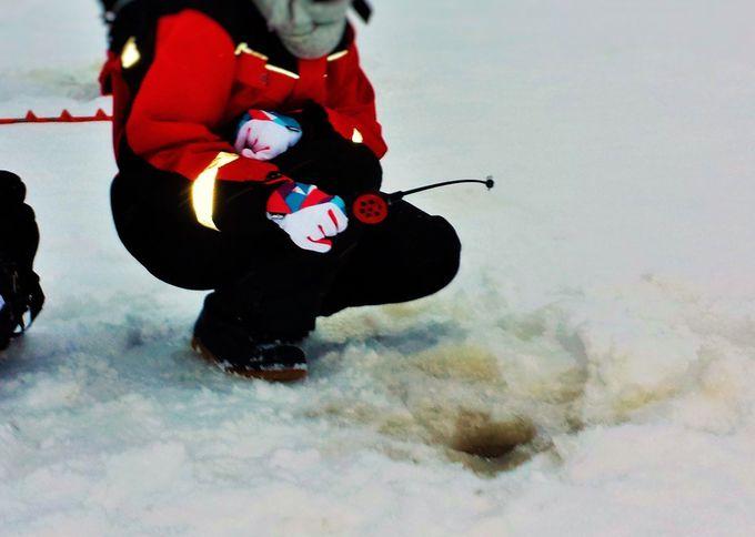 寒さも吹っ飛ぶほど集中できる!?凍った湖上でアイスフィッシング体験