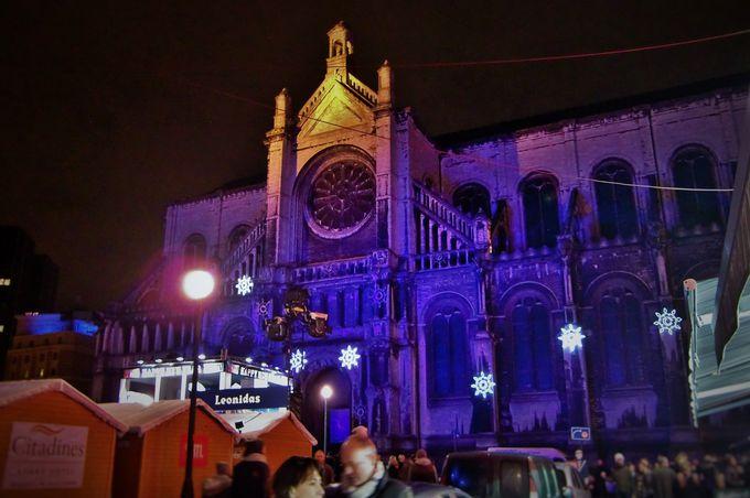 ライトアップで浮かび上がる「聖カトリーヌ教会」
