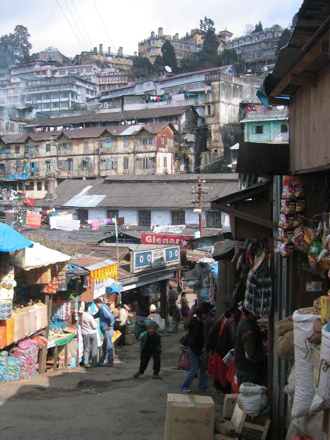 人、路地、坂、建物、色んな物が入り組んだ街