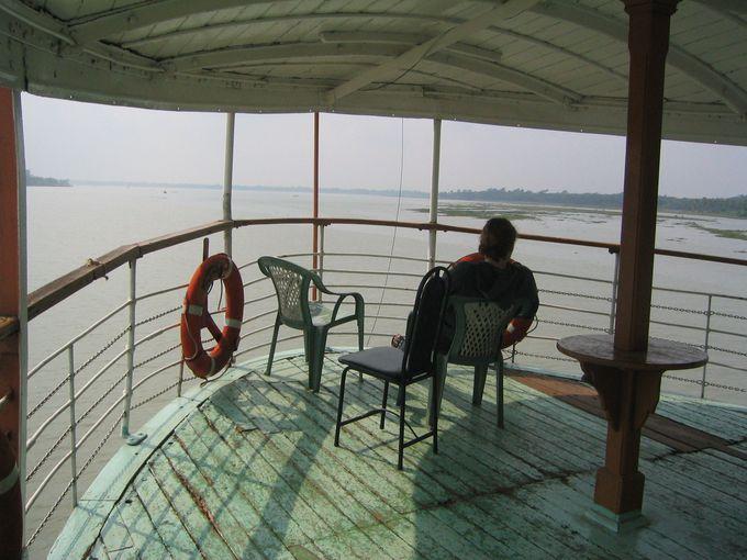 静かな時が流れる外輪船の旅