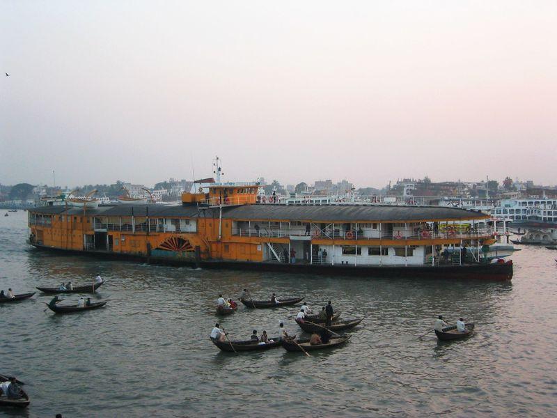 貴重な船旅を!バングラデシュの外輪船ロケットスティーマー
