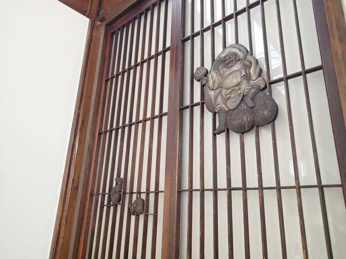 木彫りの大黒天に格天井…随所に昭和レトロが輝く