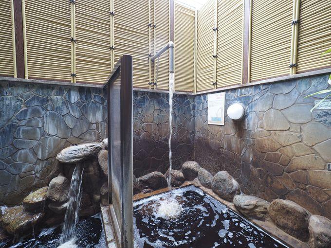 住宅街であることを忘れる、黒湯の露天風呂