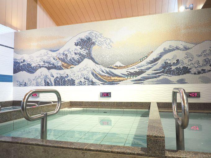 最新設備と往年のアートが共存する浴室