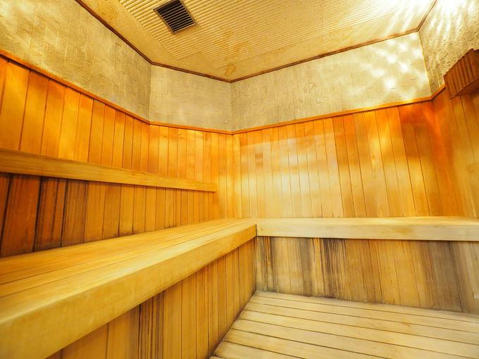 サウナ後は露天風呂のベンチで外気浴を