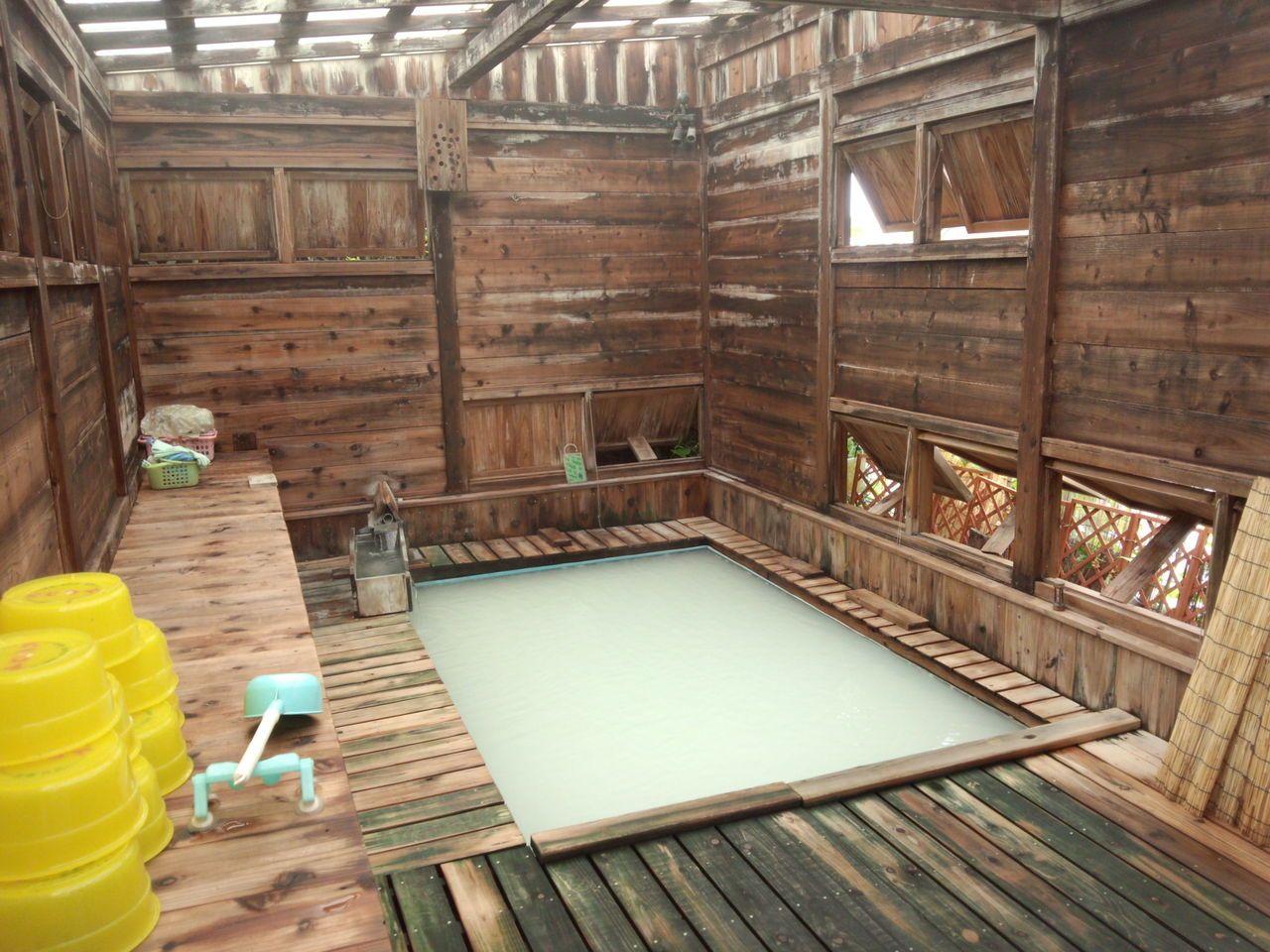 灰色に濁る硫黄泉。海辺地二号源泉に入れるのはさつき荘だけ。