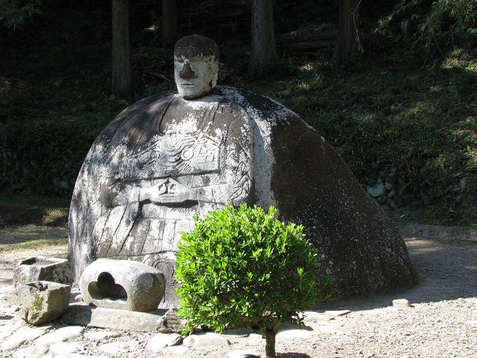 不思議な造形をした万治の石仏