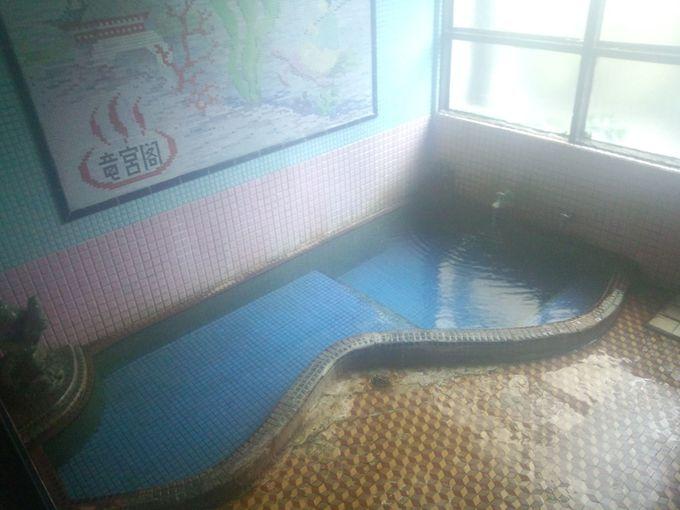 狭い浴槽なれど素晴らしい泉質。