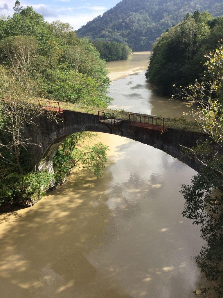 数多く残るアーチ橋を巡るには、ガイドツアーがお薦め