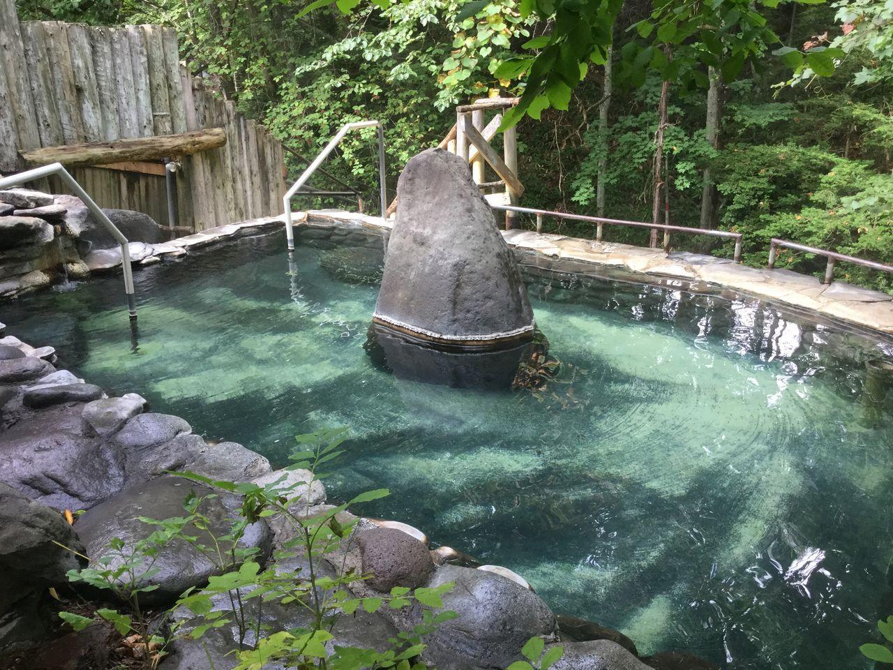 源泉の宿!森に囲まれた露天風呂は最高の癒やし