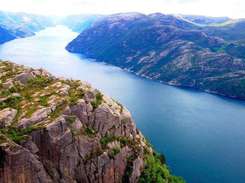 感動200%!ノルウェー「リーセフィヨルド」の絶景を山頂から眺める