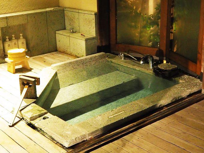 源泉かけ流しのお風呂で、月を眺めながら至福の湯浴みを!