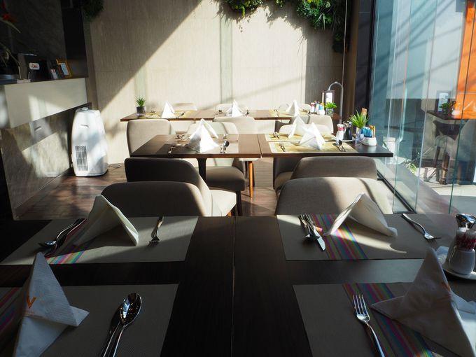 充実のビュッフェ朝食は、ホテル2階の「Vカフェ」で