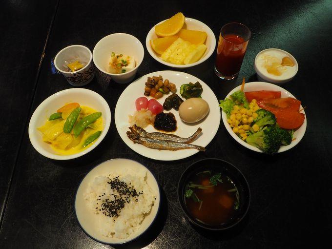 1日の始まりは、ヘルシーな朝食ブッフェで。