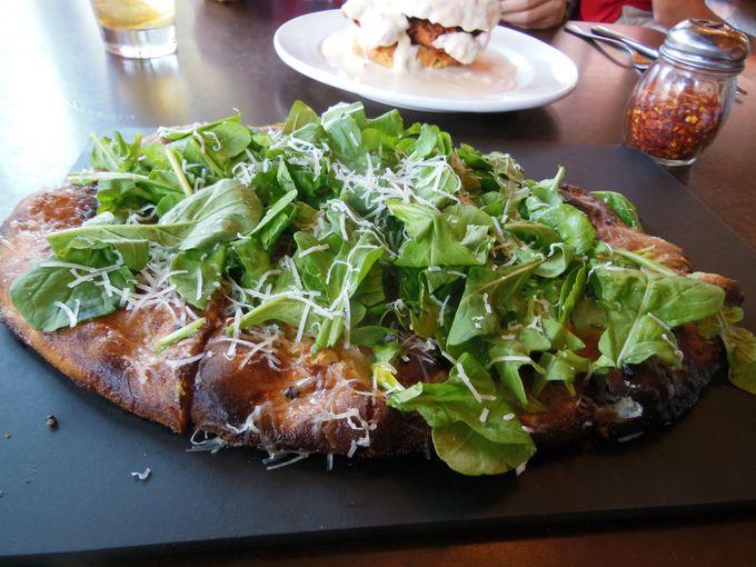 パリッと軽い食感と、こだわりの新鮮食材が自慢