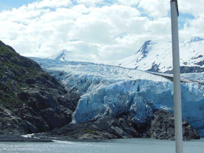 青が輝く!湖から見上げる氷河