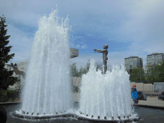 噴水に見え隠れする、父と子の像