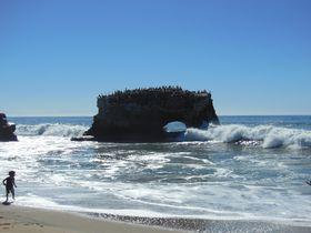 米西海岸サンタクルーズが美しすぎる!キラキラ光る海とそびえ立つ岩のアーチ