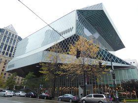 ガラス張りの建物と赤のフロア!シアトル「中央図書館」が奇抜すぎる