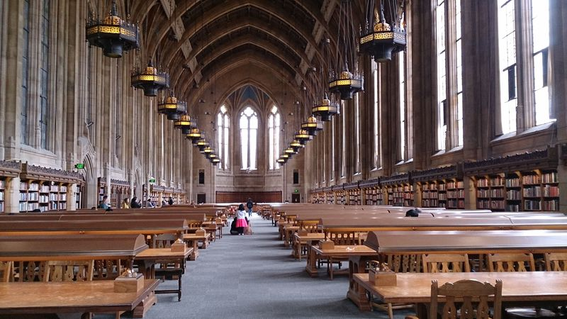 ハリーポッターを彷彿!ワシントン大学スザロ図書館の荘厳な美空間