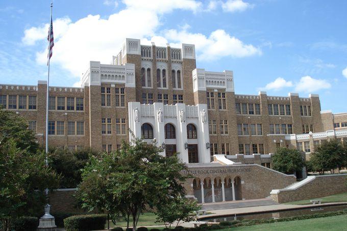 美しい高校で、人種差別を象徴する事件が!
