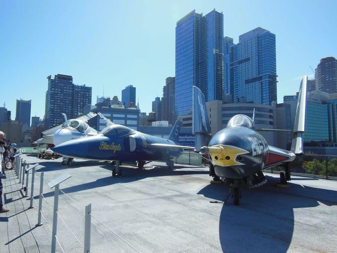 甲板にずらり並んだ人気の航空機!