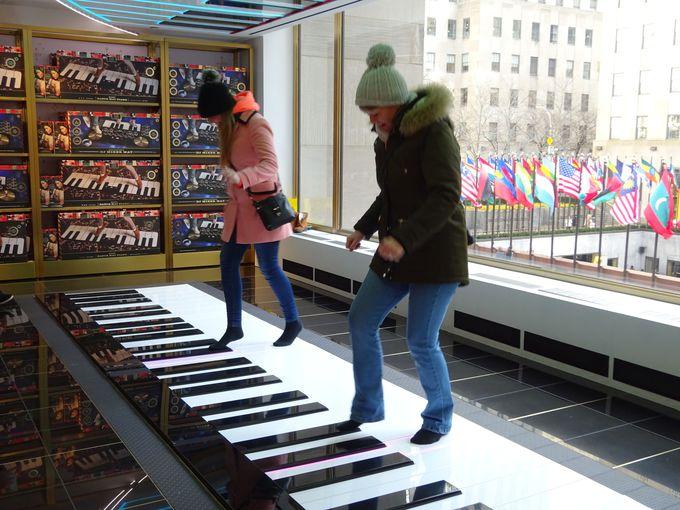 名物は足で奏でるピアノ!