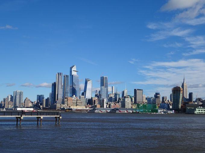 住民憩いの公園からマンハッタンの摩天楼を臨む